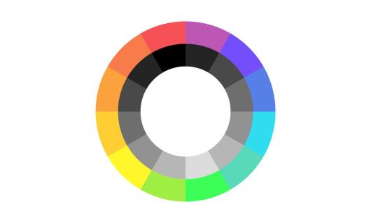 Uma bandeira de fundo branco que contém um círculo aberto em seu centro. O círculo é composto por dois anéis; o de fora é composto por 12 cores que vão da vermelha até a roxa, enquanto o anel de dentro é composto por tons de cinza.