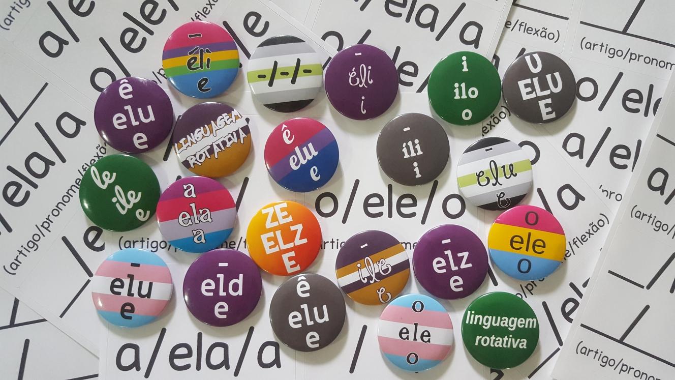 Buttons contendo diversos conjuntos de linguagem por cima de uma série de folhas de adesivos que também contém diversos conjuntos de linguagem.