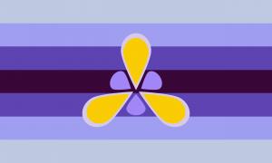 Retângulo composto por 7 faixas horizontais do mesmo tamanho, nas cores azul clara acinzentada, azul leve, azul moderada escura, magenta escura, azul moderada escura, azul leve e azul clara acinzentada. Em seu centro, há um símbolo que remete a uma íris, nas cores amarela, violeta acinzentada clara e violeta leve.