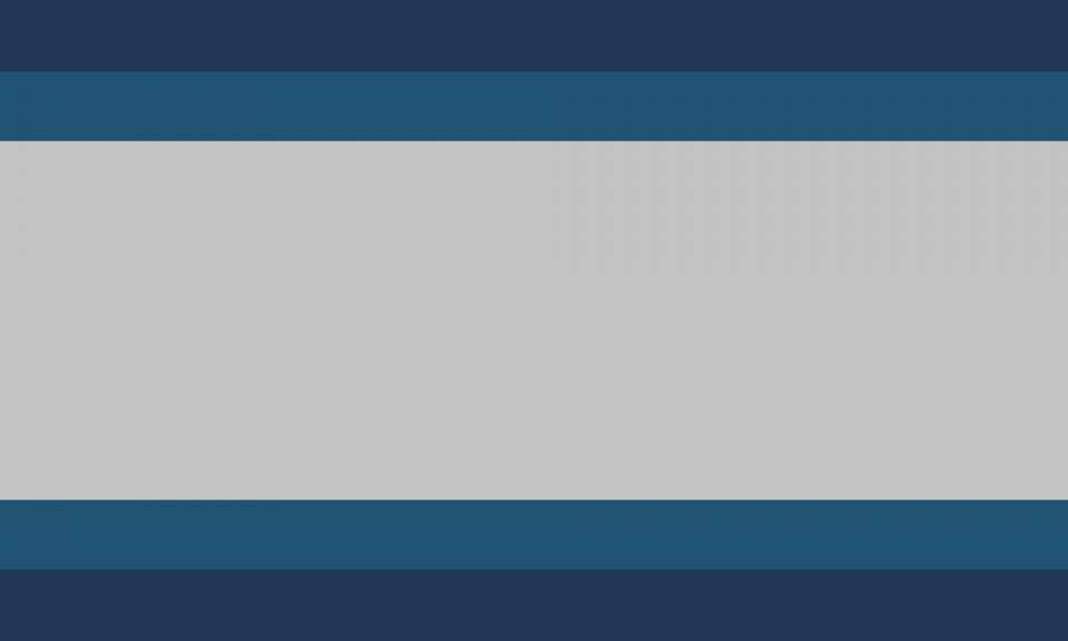 Retângulo composto por cinco faixas horizontais, na proporção 1:1:5:1:1, nas cores azul escura, azul, cinza, azul e azul escura.